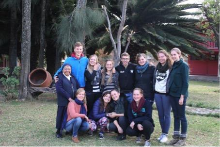 Wir Bolivien-Freiwilligen 14/15 mit Betreuerinnen und Schwester Antonia