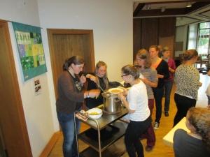 """Freiwillige –zurück aus Bolivien- kochen Samstagabend die typisch bolivianische """"Sopa de mani"""" (Erdnusssuppe)"""