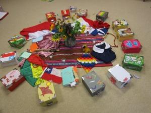 """in der Mitte: die mitgebrachten Gegenstände, die an das Freiwilligenjahr erinnern- eingerahmt von den """"Schatzkästchen"""",  die mit Gedanken, Texten, Wünschen  Bildern gefüllt werden"""