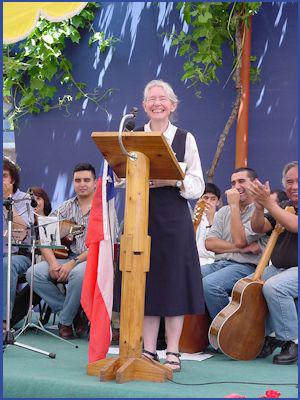 Bei einem großen Fest  wird Schwester Karoline  als neue chilenische Staatsbürgerin gefeiert.